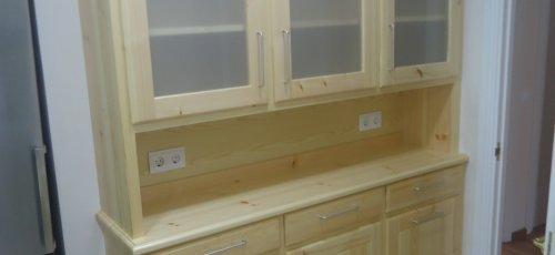 Moble de cuina amb vidrieres, calaixos i portes plafonades.Fabricat amb fusta massissa de pi.