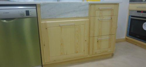 Moble de cuina amb cuatre calaixos i pica de marbre superior. Fabricat amb fusta massissa de pi.