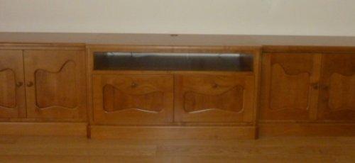 Moble de tres cossos per la televisió, inspirat amb Antoni Gaudí. Fabricat en fusta de cirerer massís.