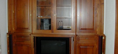 Moble televisio. Fabricat amb fusta massissa de cirerer.