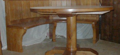 Conjunt de taula rodona i banc corbat.Fabricat amb fusta de roure massís.
