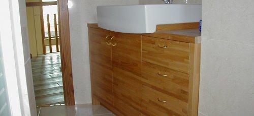 Moble de bany amb calaixos i portes. Fabricat en fusta de roure massís.