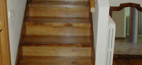 Escala folrada en fusta de pi vell.