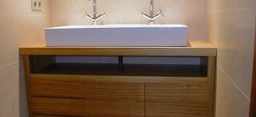 Moble de bany amb calaixos i lavabo sobreposat. Fabricat en fusta massissa d´iroco.