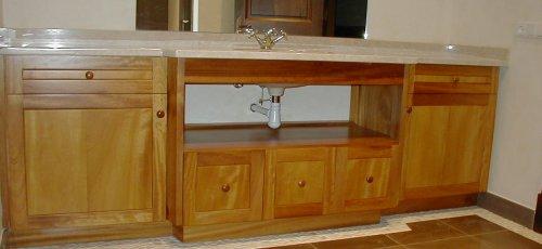 Moble de bany amb portes i calaixos. Fabricat amb fusta massissa d´iroco.