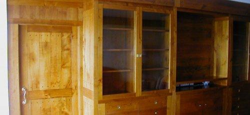 Conjunt moble menjador amb calaixos i portes vidrieres.Porta corredera integrada al moble. Fabricat amb fusta de cirerer massís.