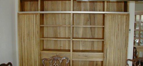 Moble menjador amb dos portes correderes i dos calaixos. Fabricat amb fusta de noguer massis i acabat a la cera.