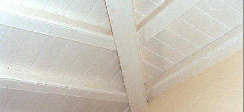 Sostre de vigues de fusta. Acabat lacat blanc.