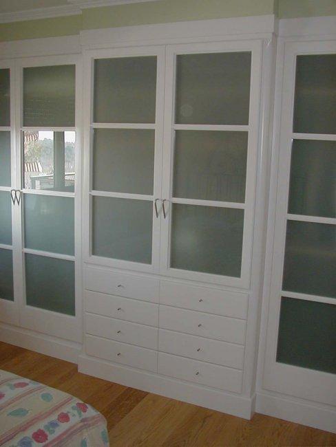 Armari vestidor amb vidres i lacat blanc.