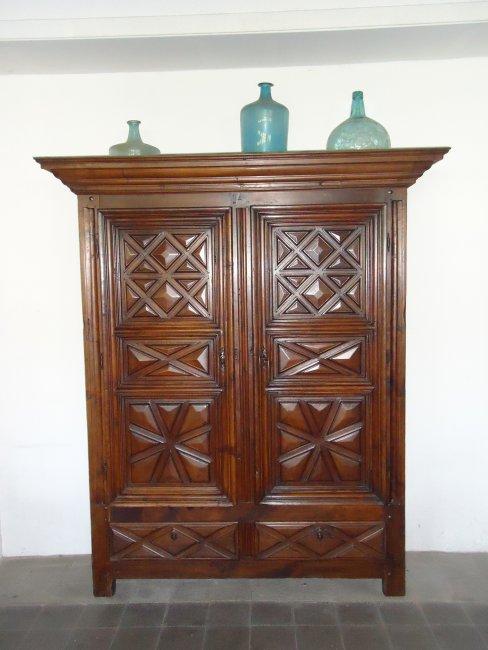 Armari antic amb portes i calaixos. Fusta de noguera