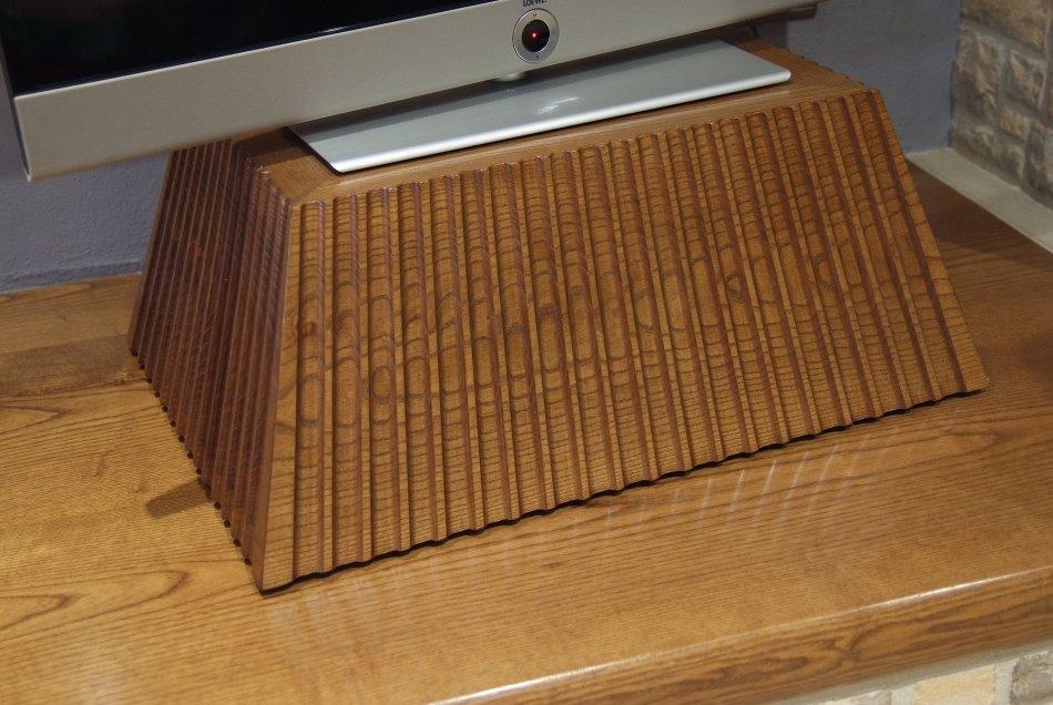 Peanya per al televisor tallada a mà. Fabricada en fusta de freixe.