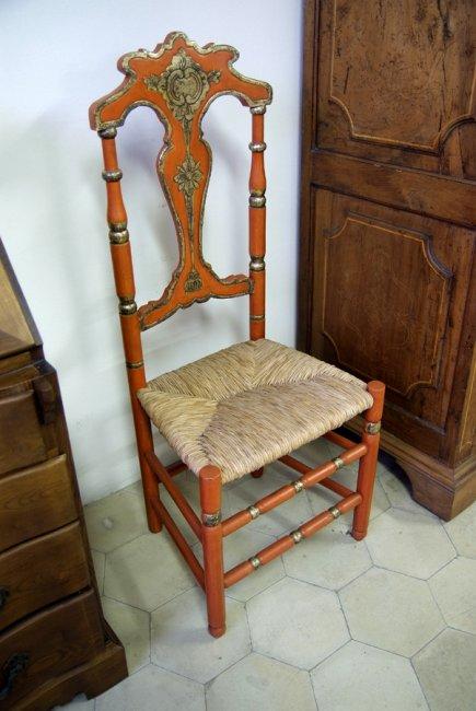 Cadira policromada amb incrustacions de plata fina i seient de boga.