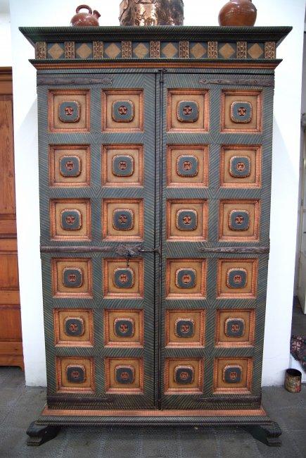 Reproducció d'armari antic policromat