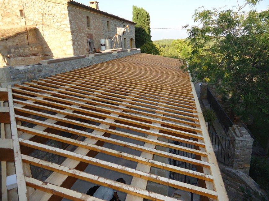 Vigues i llates de fusta d´abet, preparat per col.locar les rajoles i teules.