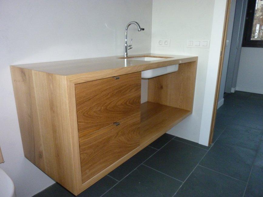 Moble de bany amb calaixos. Pica encastada al moble. Fabricat en fusta de roure massís.