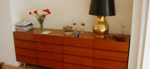 Mueble bufet con cajones y puertas. Fabricado en madera maciza de iroco