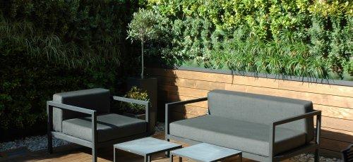 Tarima exterior de fresno termo tratada y  instalación del jardín vertical.