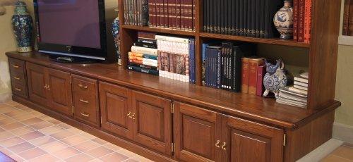 Mueble comedor con puertas y cajones plafonados. Fabricado en madera maciza de fresno.