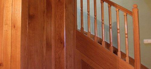 Escalera de madera con armario integrado debajo de  la escalera. Fabricado en madera de roble maizo.