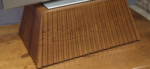 Peana para el televisor tallada a mano. Fabricada en madera maciza de fresno.