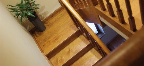 Escalera y baranda en madera de roble.