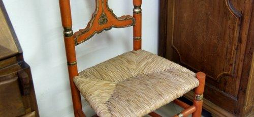Silla policromada con incrustaciones de plata fina i asiento de voga.