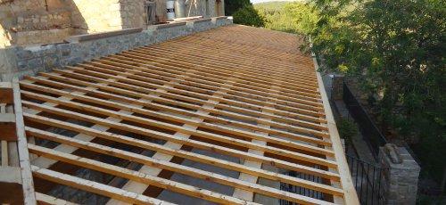 Vigas y llatas en madera de abeto, preparado para colocar las tejas.