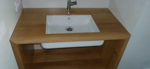 Mueble de baño con el lavabo empotrado. Fabricado en madera de roble macizo.