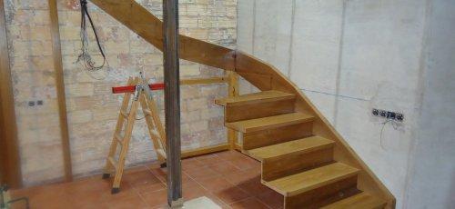 Montaje de la escalera de madera. Fabricada en madera de roble macizo.