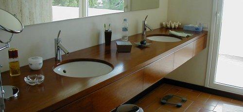 Mueble de baño con cajones. Lavabos empotrados al sobre. Fabricado en madera de iroco macizo.