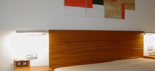 Cabecero liso, mesitas con cajones  colgadas.Fabricado en  madera de iroco natural.