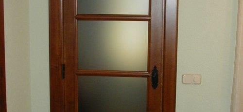 Puerta vidriera en madera de roble.