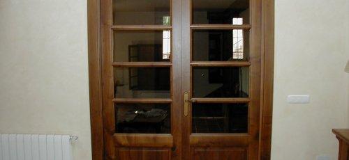 Puerta vidriera maciza de dos hojas . Fabricado en madera de nogal macizo.