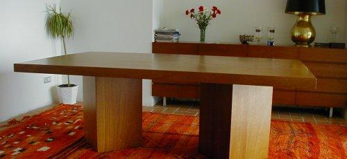 Mesa comedor de pies cuadrados. Fabricado en madera de iroco macizo.