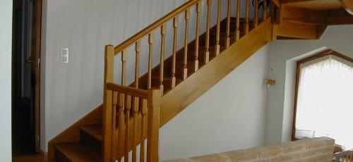 Escalera de madera de roble macizo.