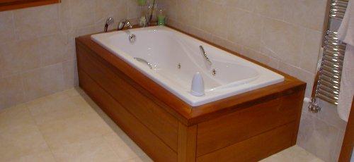 Bañera de hidromasage forrada en madera maciza de iroco.