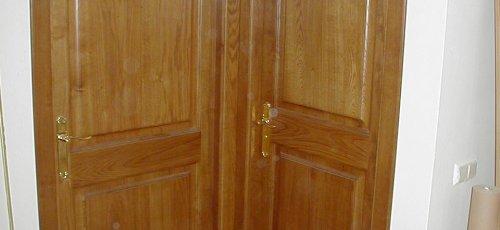 Conjunto de dos puertas macizas de dos plafones en madera de roble.