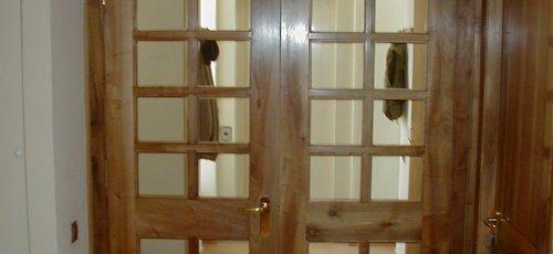 Puerta vidriera de dos hojas en madera de nogal