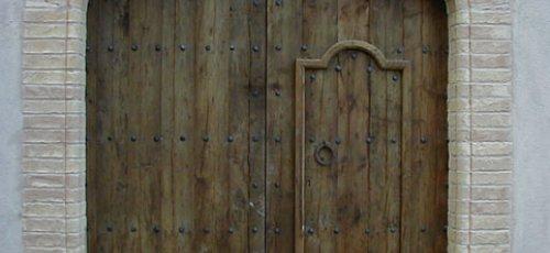 Pueta de dos hojas grandes y una de pequeña en madera de pino viejo y herrages de forja