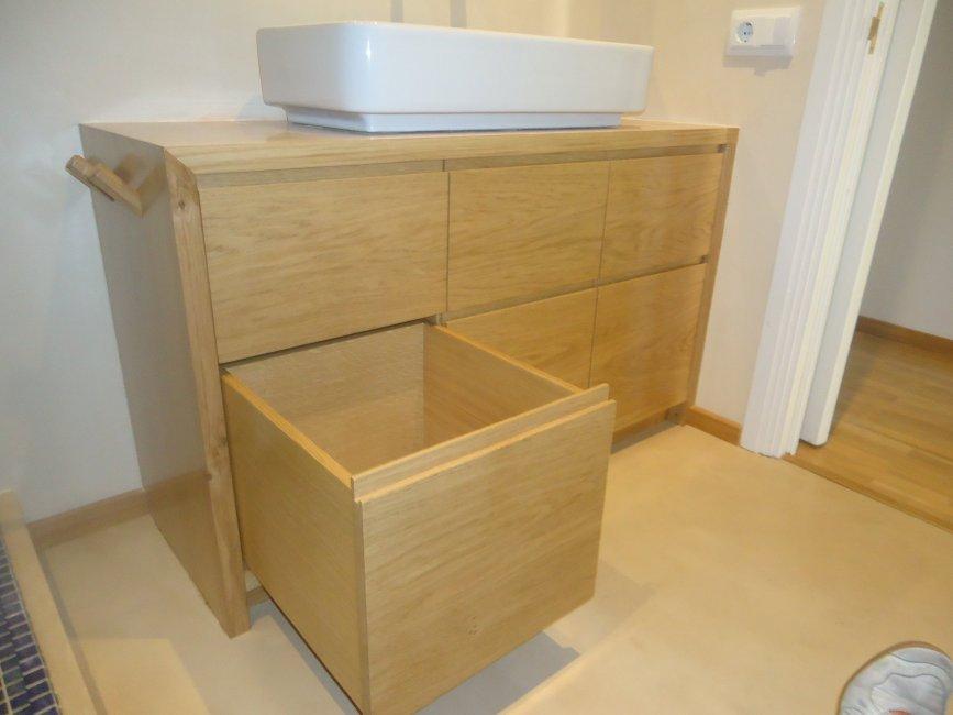 Mueble de baño con cajones. Fabricado en madera de roble macizo.