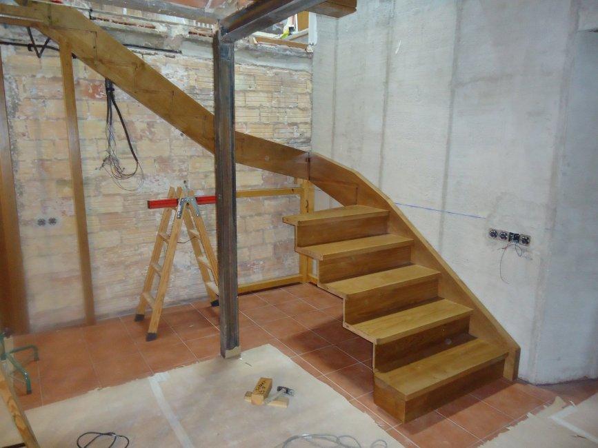 Proceso de construcción de una escalera de madera.