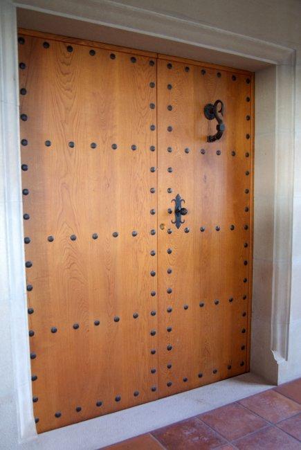 Puerta de entrada en madera de roble y hierros forjados a mano