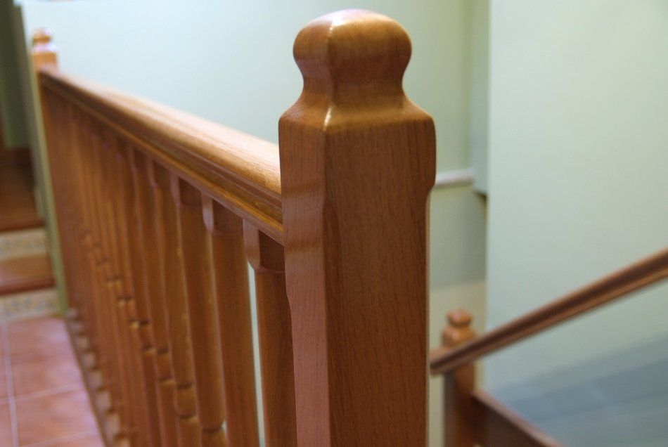 Baranda superior de la escalera de roble macizo.
