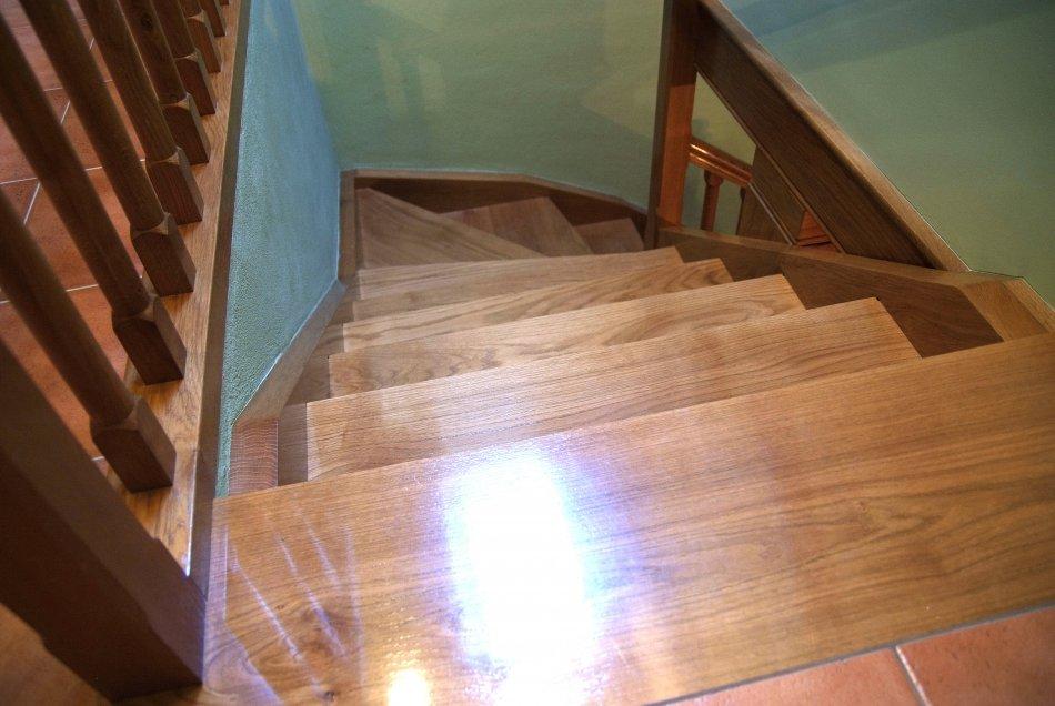 Vista del tramo superior de la escalera de roble.