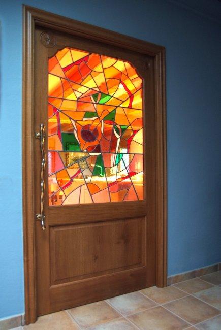 Puerta maciza de roble con vidriera aplomada.