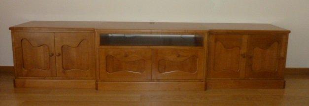 Mueble de tres cuerpos para la televisión,inspirado en Antoni Gaudi.Fabricado en madera maciza de cerezo.