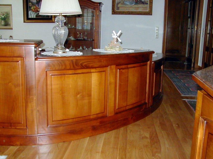 Mueble de comedor curvo. Fabricado en madera maciza de cerezo