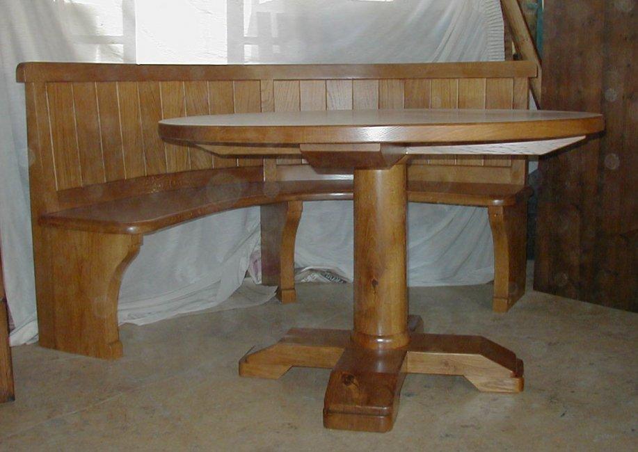 Conjunto de mesa redonda y banco curvado. Fabricado en madera de roble macizo.