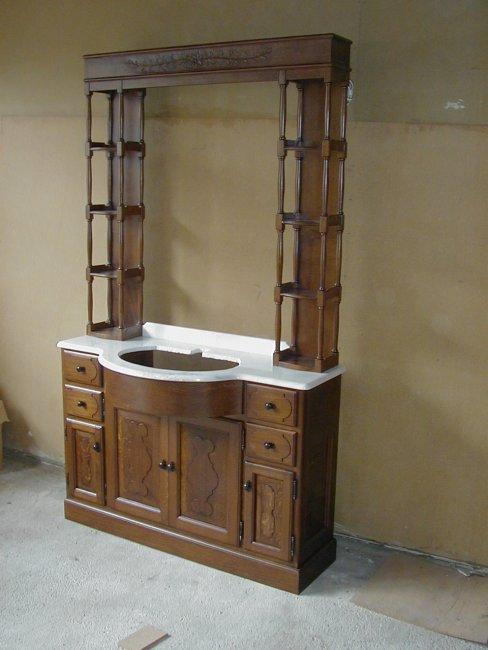 Mueble de baño con puertas plafonadas, cajones, sobre de mármol i columnas torneadas. Flores talladas a mano.  Fabricado en madera de roble macizo.