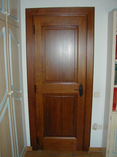 Puerta maciza de dos plafones en madera de roble.